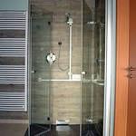 Dusche mit stabilen Haltegriffen in 80- 85cm Höhe